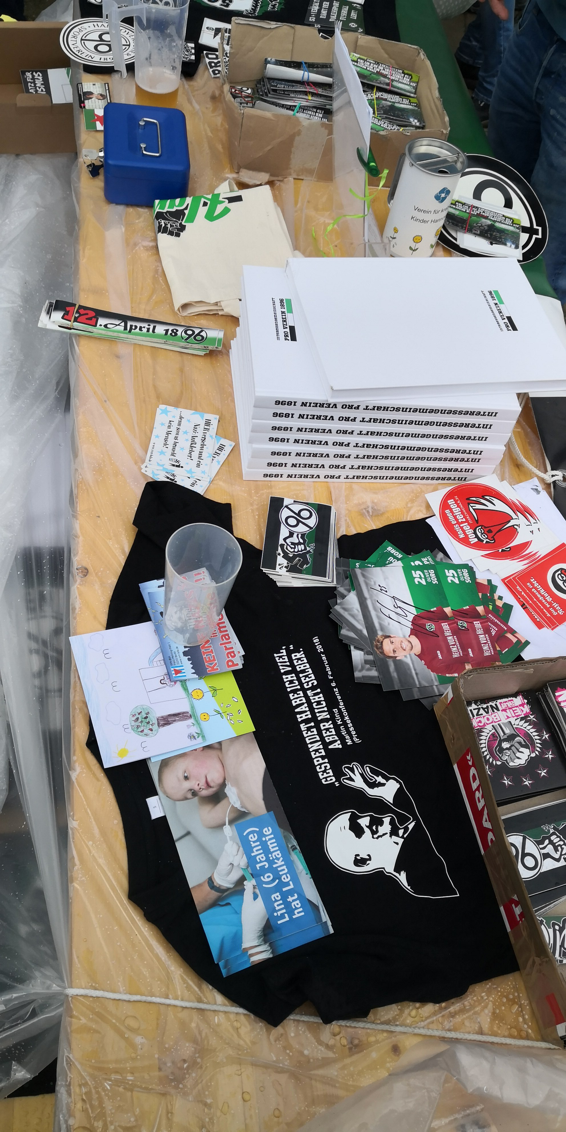 96-Fans übergeben Spenden vom Fanflohmarkt